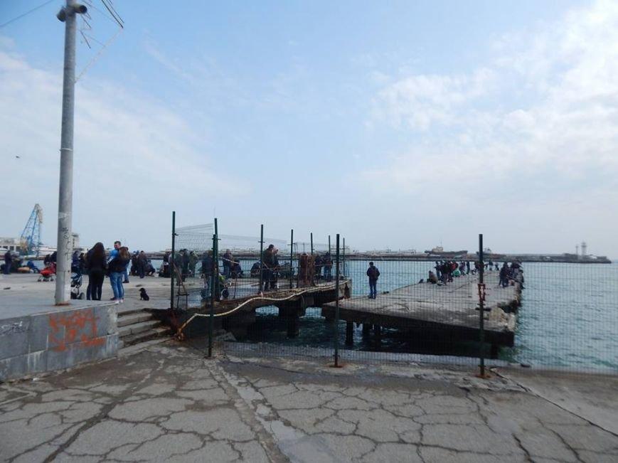 В Ялте рыбаки захватили аварийные причалы, фото-1