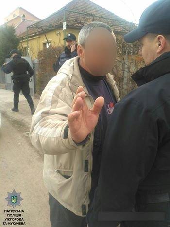 У Мукачеві п'яний водій після ДТП накинувся з кулаками на поліцейських: фото, фото-2