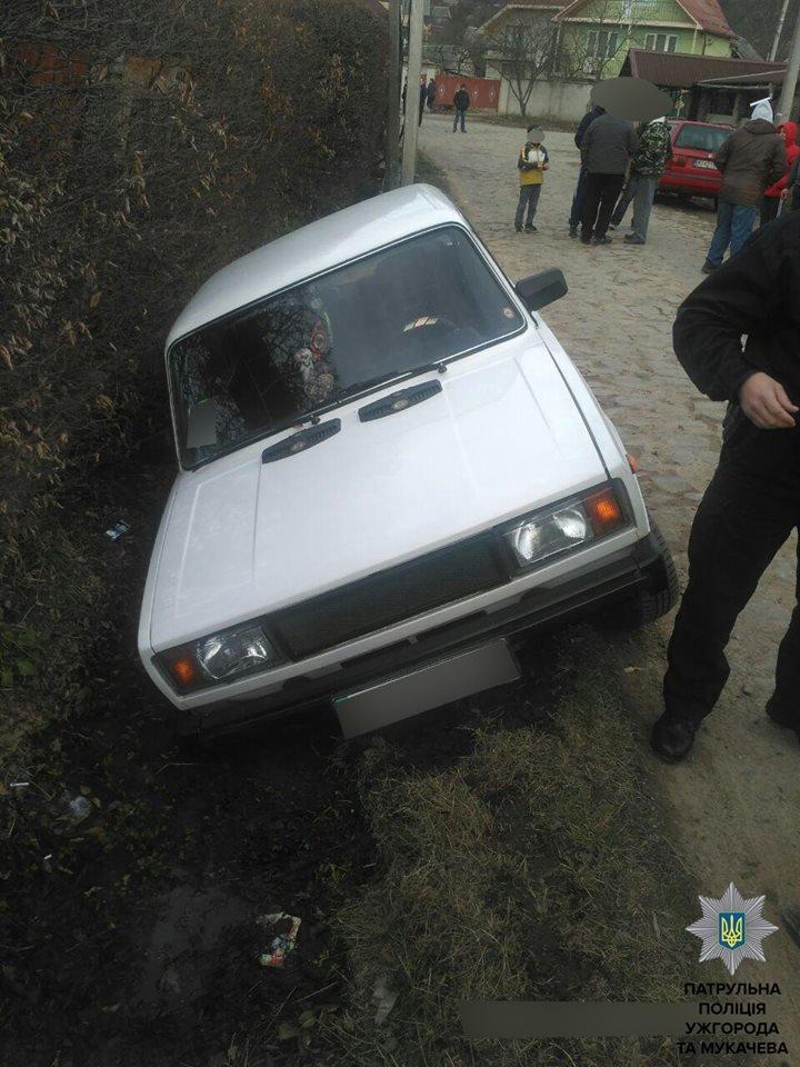 У Мукачеві п'яний водій після ДТП накинувся з кулаками на поліцейських: фото, фото-1