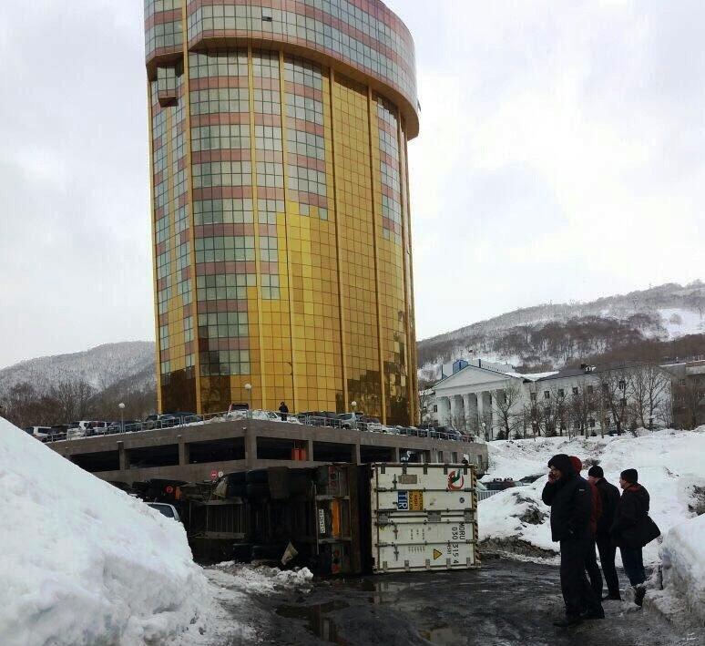 В Петропавловске у «золотой башни» перевернулась фура, фото-1