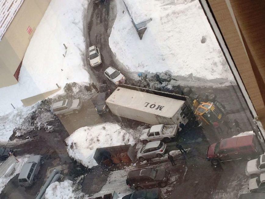 В Петропавловске у «золотой башни» перевернулась фура, фото-2