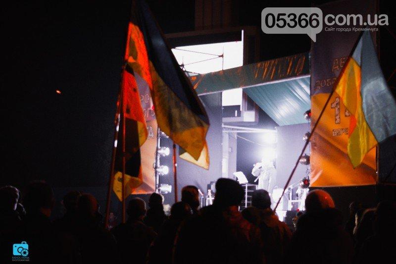 В честь украинских добровольцев кременчужане прошли по улицам города с факелами и флагами (фото и видео), фото-6