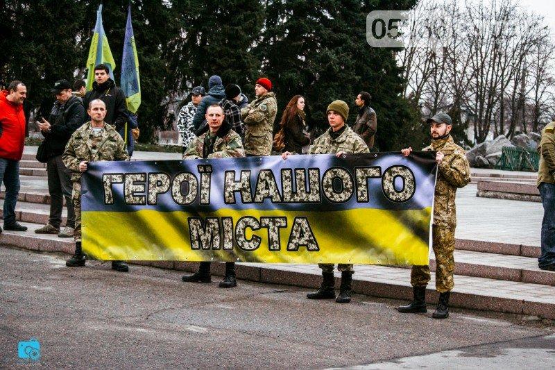 В честь украинских добровольцев кременчужане прошли по улицам города с факелами и флагами (фото и видео), фото-1