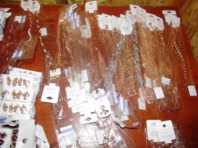 Херсонські прикордонники та митники на адмінмежі виявили майже 600 одиниць біжутерії (фото), фото-1