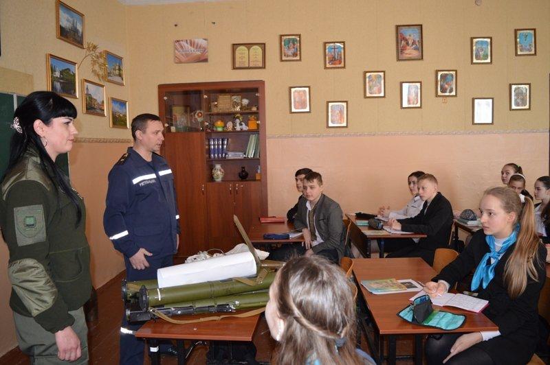 Краматорским школьникам продемонстрировали, как могут выглядеть взрывоопасные боеприпасы, фото-1