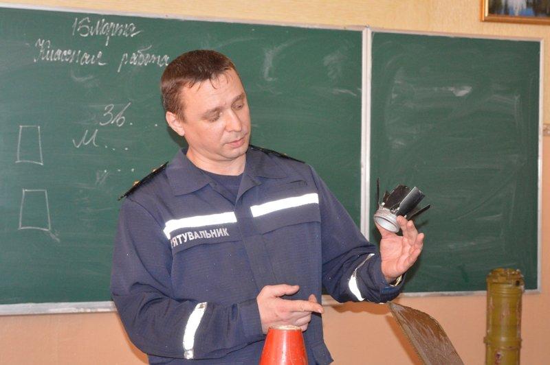 Краматорским школьникам продемонстрировали, как могут выглядеть взрывоопасные боеприпасы, фото-5