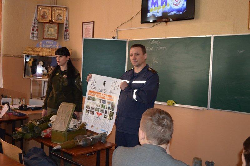Краматорским школьникам продемонстрировали, как могут выглядеть взрывоопасные боеприпасы, фото-2