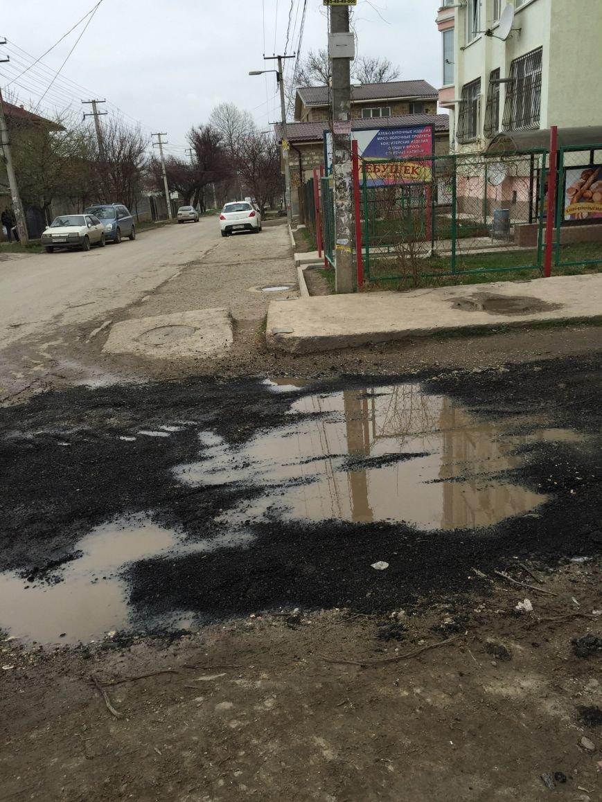 В Симферополе ямы на дорогах засыпают битыми кирпичами, а лужи - асфальтом (ФОТОФАКТ), фото-3