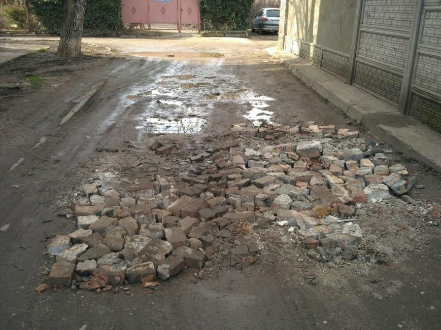 В Симферополе ямы на дорогах засыпают битыми кирпичами, а лужи - асфальтом (ФОТОФАКТ), фото-1