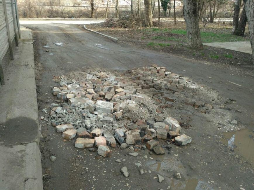 В Симферополе ямы на дорогах засыпают битыми кирпичами, а лужи - асфальтом (ФОТОФАКТ), фото-2
