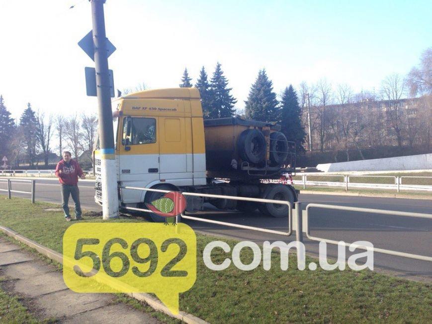 ДТП в Каменском: на Авроре фура врезалась в электроопору, фото-2