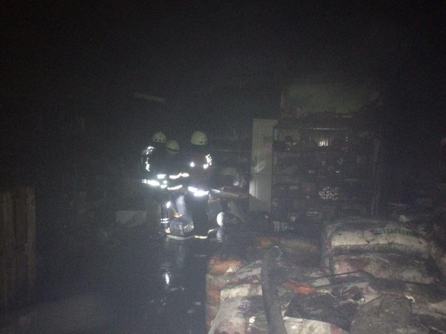 В Днепре горел ангар: повреждены стройматериалы и автомобиль (ФОТО), фото-2
