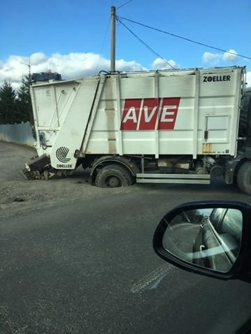 Рекордна глибина - як вантажівка застрягла у ямі у селі біля Ужгорода: фото, фото-1