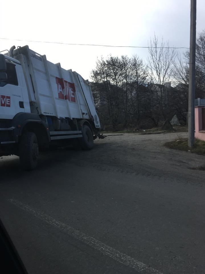 Рекордна глибина - як вантажівка застрягла у ямі у селі біля Ужгорода: фото