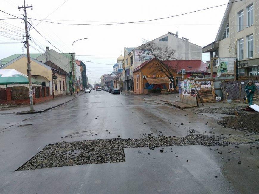 В Ужгороді на Швабській забудовники зруйнували ділянку дороги - соцмережі: фото, фото-1