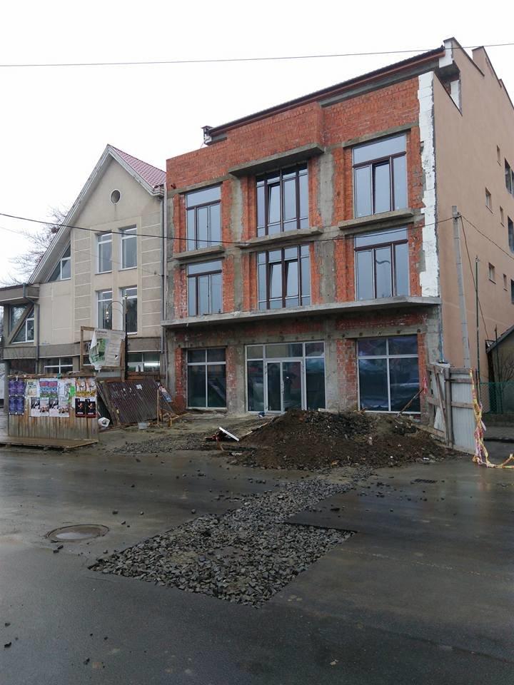В Ужгороді на Швабській забудовники зруйнували ділянку дороги - соцмережі: фото, фото-2