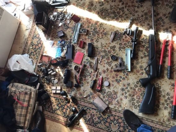"""У будинку ужгородського """"снайпера"""" знайшли арсенал зброї: фото, фото-1"""