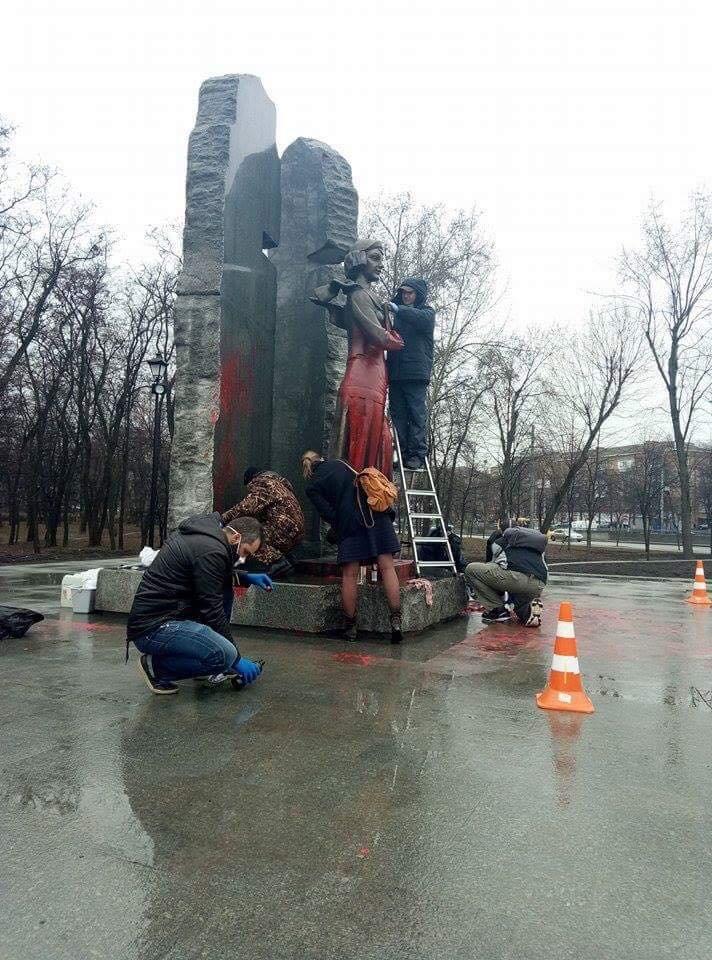 В Киеве очистили облитый краской памятник Елене Телиге (ФОТОФАКТ), фото-1