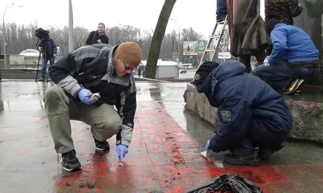В Киеве очистили облитый краской памятник Елене Телиге (ФОТОФАКТ), фото-4