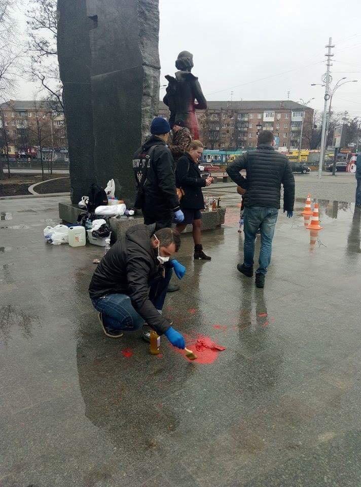 В Киеве очистили облитый краской памятник Елене Телиге (ФОТОФАКТ), фото-5