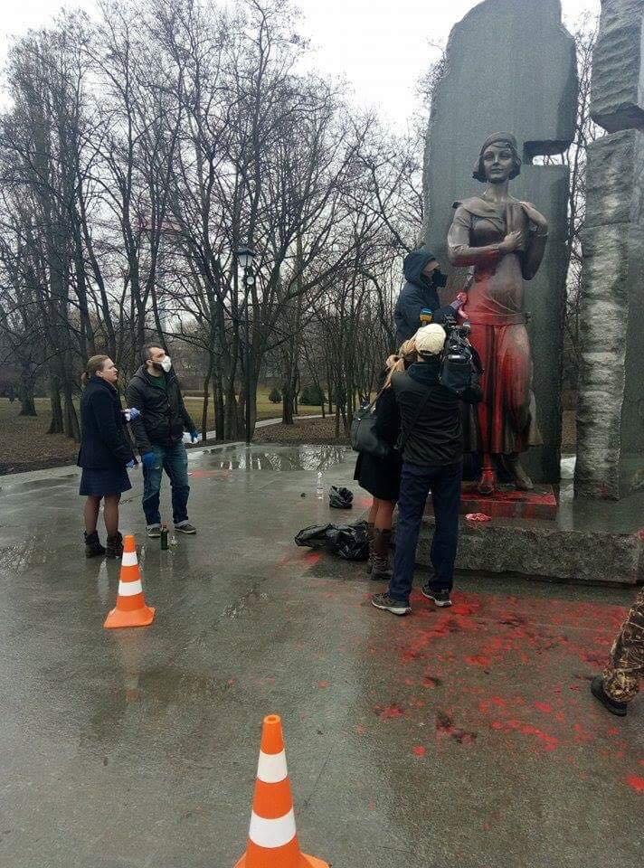 В Киеве очистили облитый краской памятник Елене Телиге (ФОТОФАКТ), фото-2