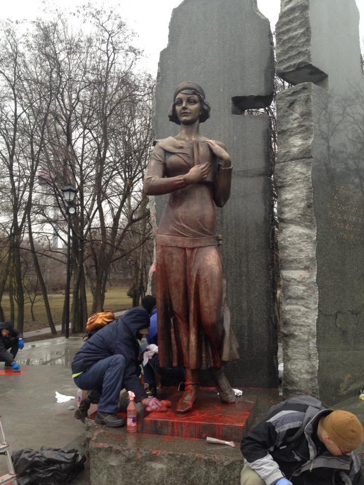 В Киеве очистили облитый краской памятник Елене Телиге (ФОТОФАКТ), фото-3