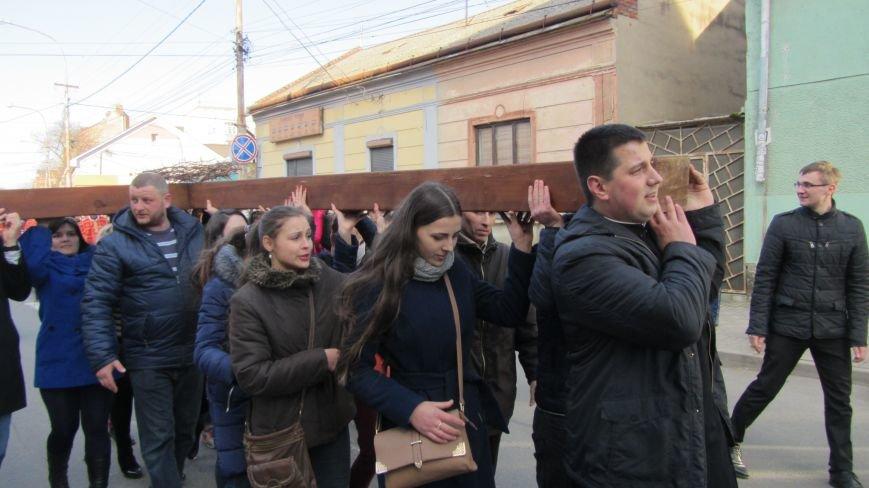 Більше тисячі вірників пройшли Хресною ходою через увесь Ужгород: фоторепортаж, фото-3