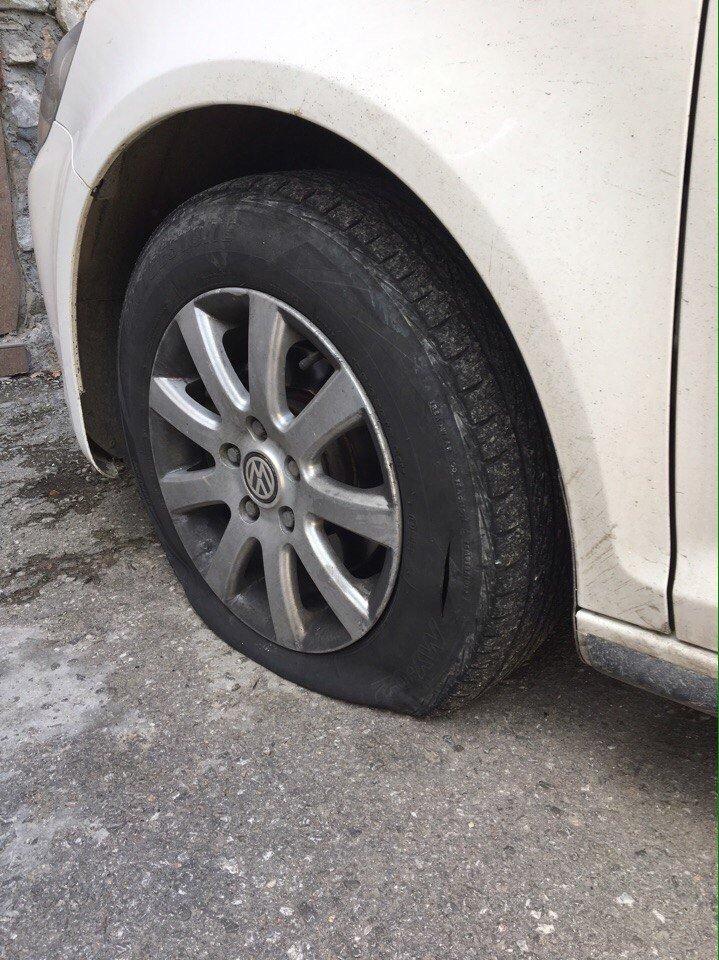 ВИДЕО: в Ялте разыскивают хулигана, порезавших колеса на двух автомобилях, фото-2
