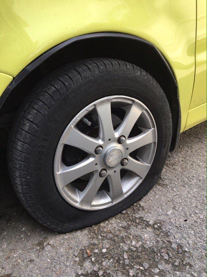 ВИДЕО: в Ялте разыскивают хулигана, порезавших колеса на двух автомобилях, фото-1