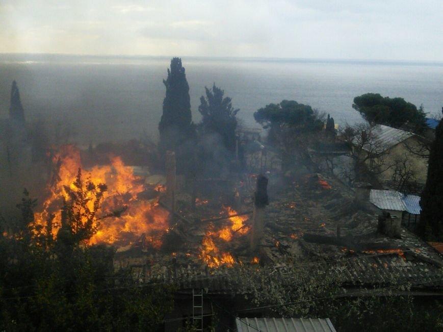 ФОТО: в Алупке горит многоквартирный дом, неравнодушные жители Ялты собирают помощь для оставшихся без крова людей, фото-4
