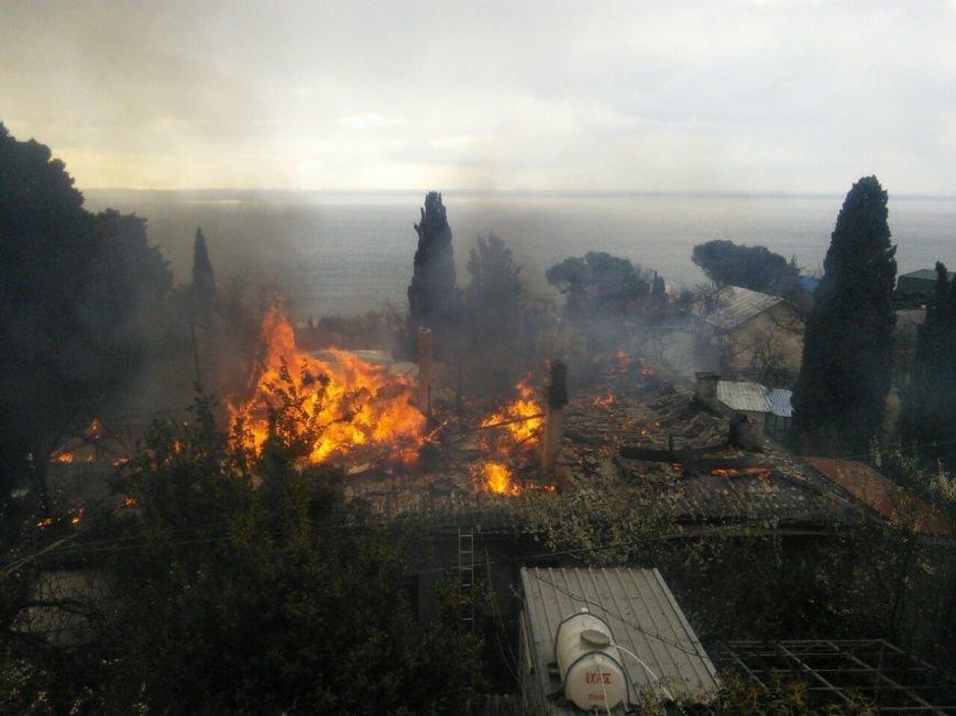 ФОТО: в Алупке горит многоквартирный дом, неравнодушные жители Ялты собирают помощь для оставшихся без крова людей, фото-3