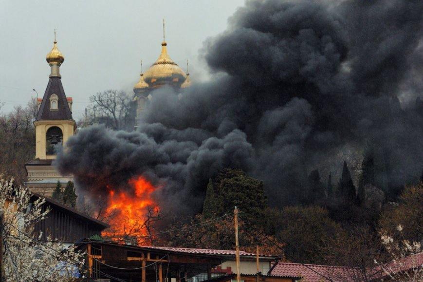 ФОТО: в Алупке горит многоквартирный дом, неравнодушные жители Ялты собирают помощь для оставшихся без крова людей, фото-1