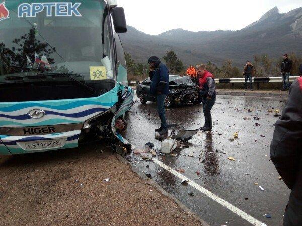На крымской трассе легковушка влетела в колонну автобусов Артека с детьми