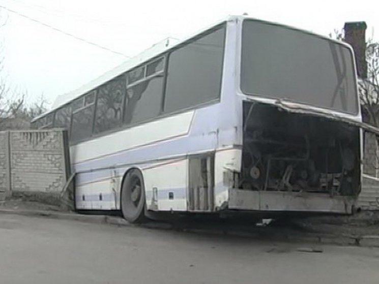 В Днепропетровской области автобус с пассажирами протаранил забор дома (ФОТО, ВИДЕО), фото-1