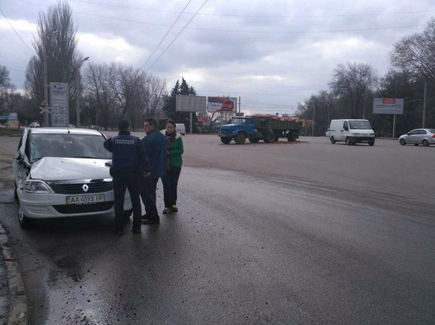 ДТП с пострадавшими: в Днепре грузовик столкнулся с иномаркой (ФОТО), фото-1