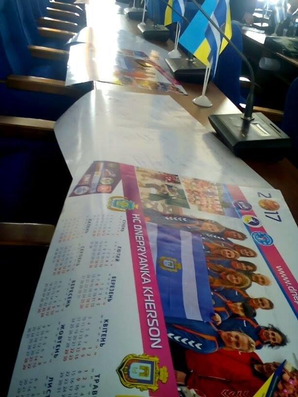 """Херсонские спортсменки сделали городским депутатам подарок и попросили сохранить """"Днепрянку"""" (фото), фото-2"""