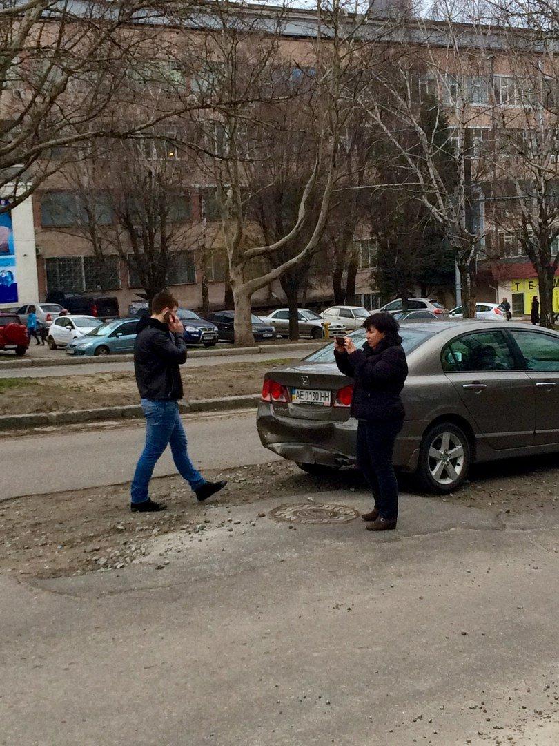 ДТП из-за ямы: в Днепре благодаря плохой дороге столкнулись две иномарки, фото-1