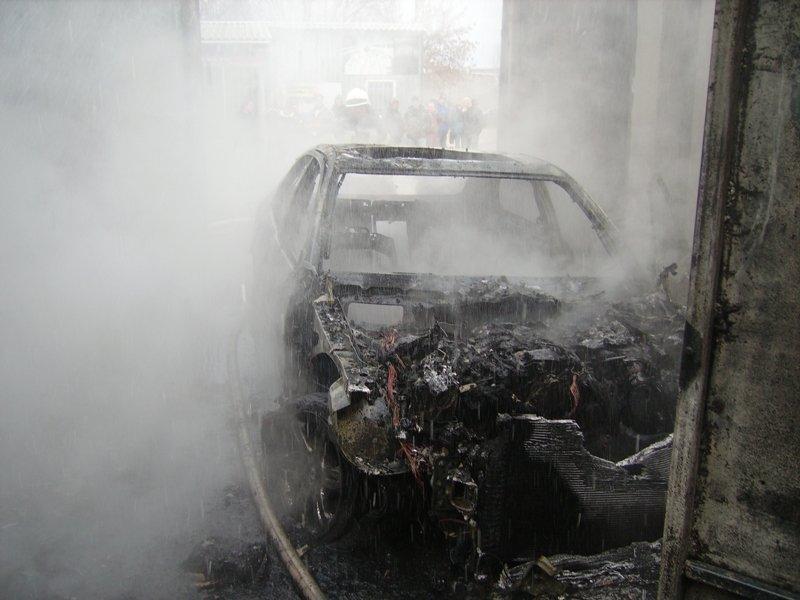 В Херсоні загасили палаюче авто (фото), фото-1