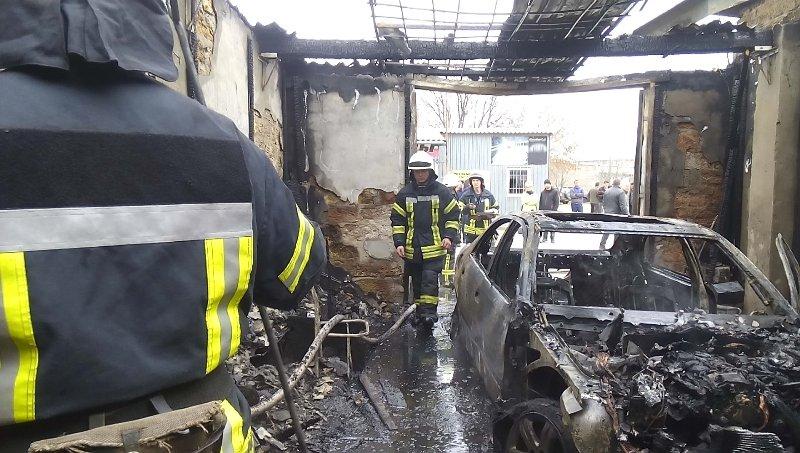 В Херсоні загасили палаюче авто (фото), фото-2