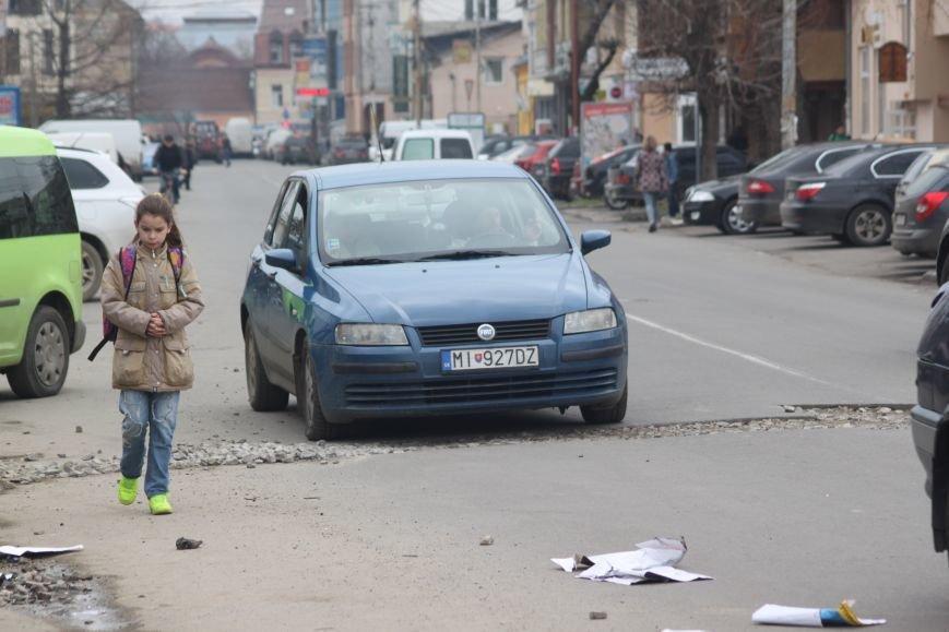 Через будівництво на Швабській діти виходять на дорогу, а водії порушують ПДР: фоторепортаж, фото-1