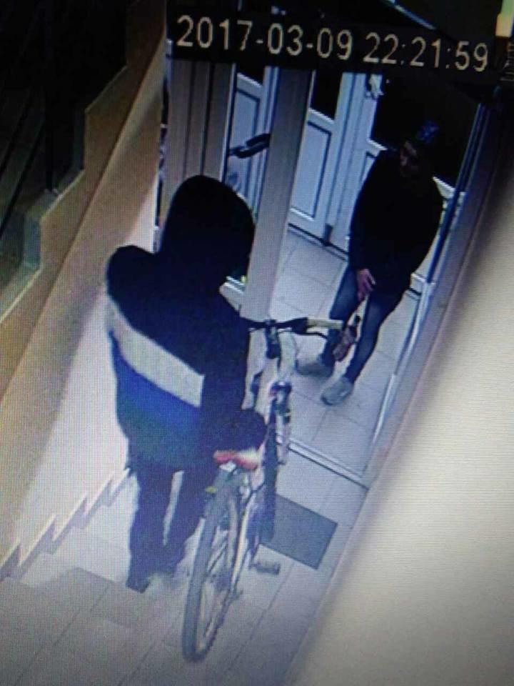 """Ужгородці у соцмережах оприлюднили відео, як чоловік із """"колегою"""" крадуть велосипед із під'їзду, фото-1"""