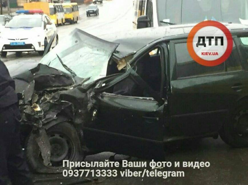 Лобовое столкновение: на Троещине авто влетело в маршрутку (ФОТО), фото-1