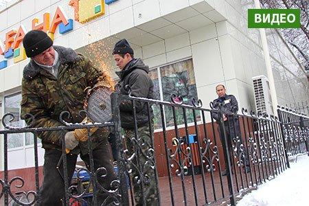1079358cd086fb3424-047snos-2017v-almaty-nachalsya-demontazh-zaborov-vdol-magistral-nyh-ulic