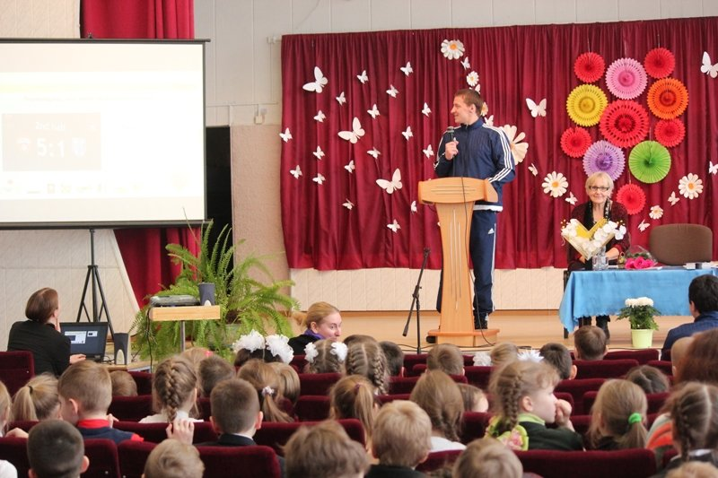 """Защитник """"Нафтана"""" и писательница провели для новополоцких школьников урок белорусского языка. ФОТО, фото-2"""