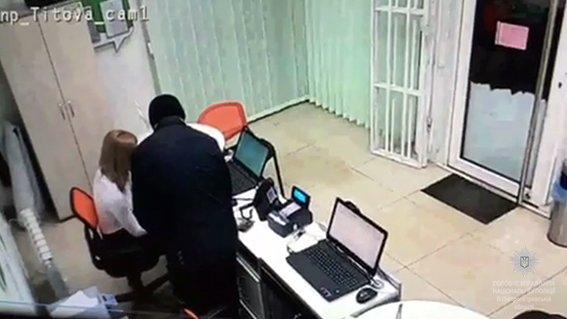 Разыскиваемый преступник снова ограбил кредитное учреждение в Днепре (ФОТО, ВИДЕО), фото-1