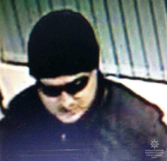 Разыскиваемый преступник снова ограбил кредитное учреждение в Днепре (ФОТО, ВИДЕО), фото-3