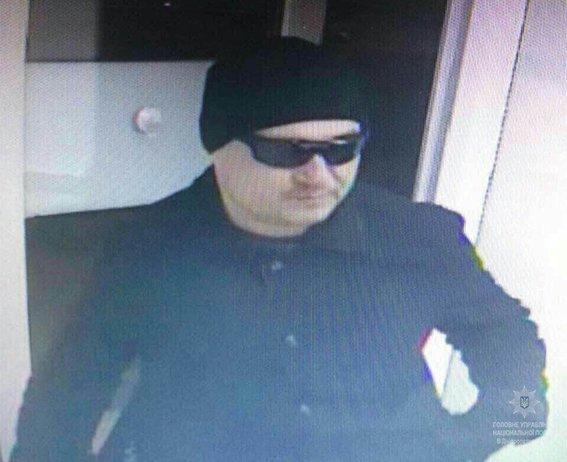 Разыскиваемый преступник снова ограбил кредитное учреждение в Днепре (ФОТО, ВИДЕО), фото-2