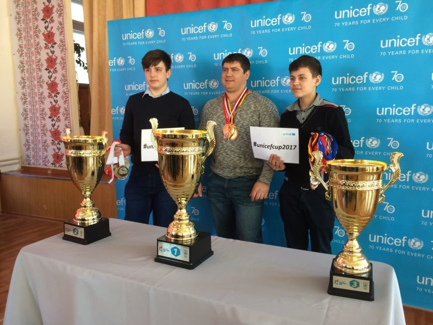 В Краматорск приехали Трофеи Футбольного клуба ЮНИСЕФ, фото-1