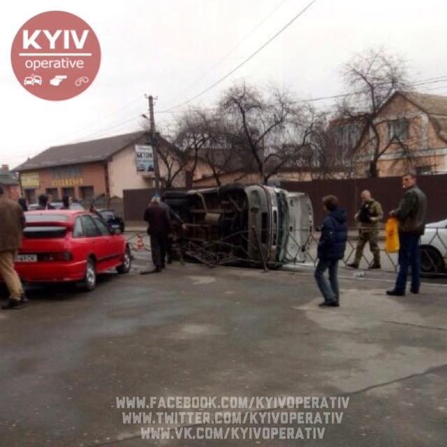 В Киеве перевернулась маршрутка, есть пострадавшие (ФОТО), фото-3
