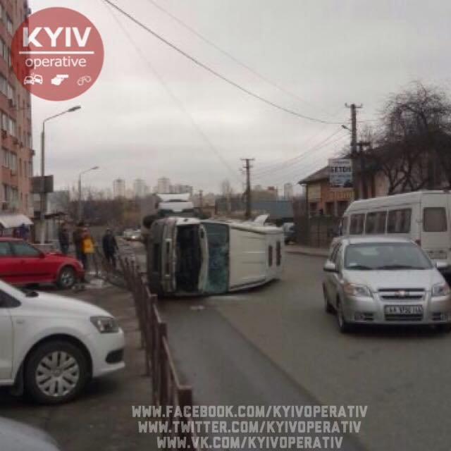 В Киеве перевернулась маршрутка, есть пострадавшие (ФОТО), фото-2